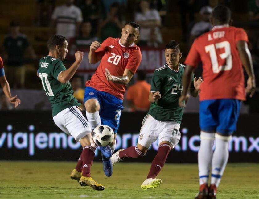 La selección mexicana de fútbol regresó hoy a los entrenamientos en su campo de la capital del país, luego de la victoria de anoche 3-2 sobre Costa Rica en un partido amistoso en Monterrey. EFE/ARCHIVO