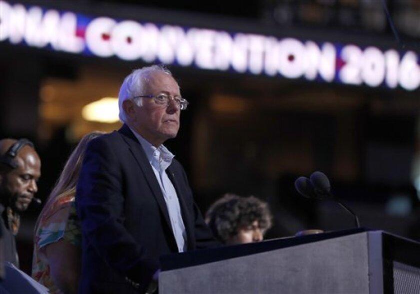 El senador Bernie Sanders, independiente por Vermont, revisa el podio antes del inicio del primer día de la Convención Nacional Demócrata, el lunes 25 de julio del 2016 en Filadelfia. (Foto AP /Carolyn Kaster)