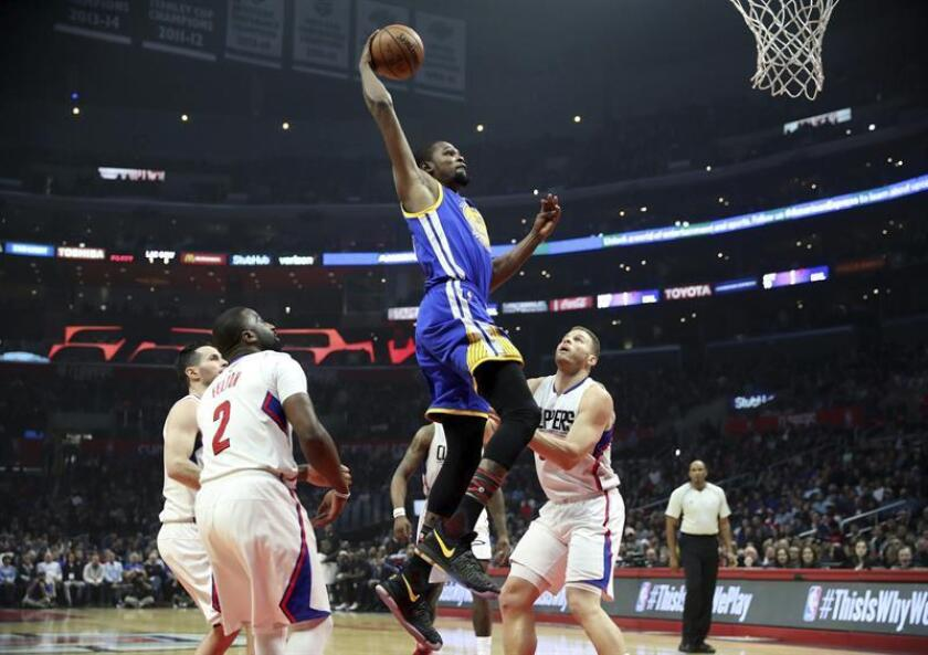El jugador de los Warriors Kevin Durant (c) lucha por el balón con Blake Griffin (d) y Raymond Felton (i) de los Clippers durante el partido de la NBA que enfrentó a los Golden State Warriors y a Los Angeles Clippers en el Staples Center en Los Ángeles, California (Estados Unidos), este 2 de febrero de 2017. EFE