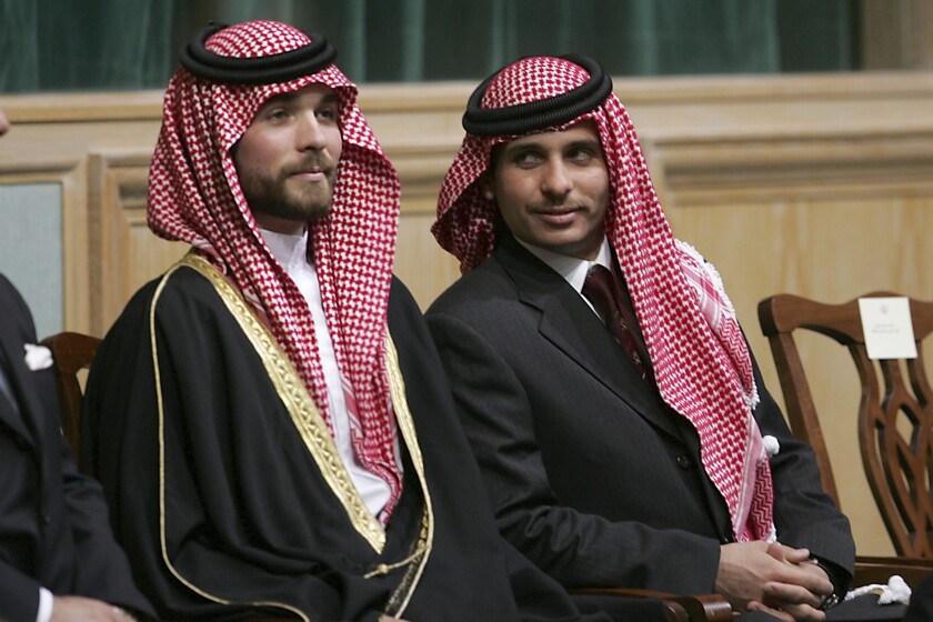 El príncipe Hamzah Bin Al-Hussein, derecha, y el príncipe Hashem Bin Al-Hussein