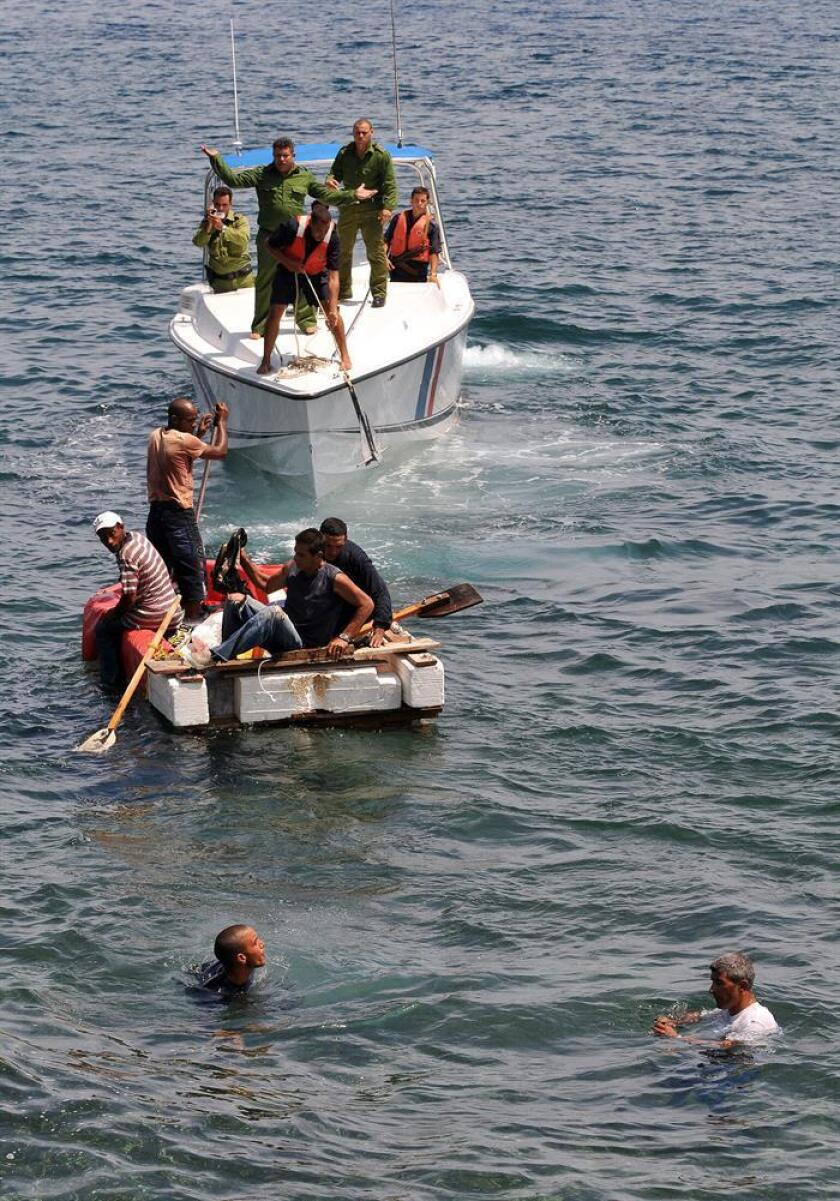 Tres inmigrantes cubanos que se encontraban a la deriva desde hacía cuatro días aferrados a un flotador fueron rescatados este fin de semana a más de 40 millas (64 kilómetros) de Cayo Hueso, en el extremo sur de Florida. EFE/Archivo