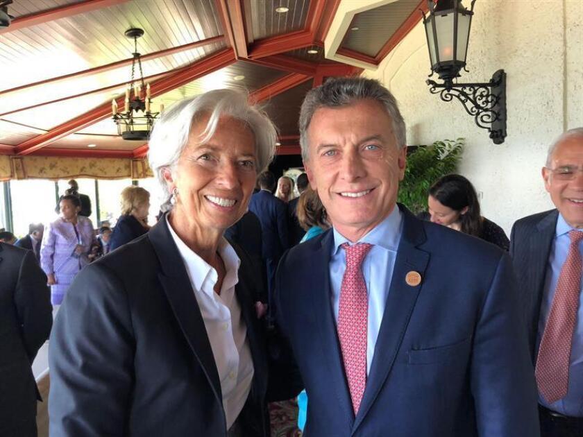 """La directora del Fondo Monetario Internacional (FMI), Christine Lagarde, calificó de """"muy constructiva"""" la reunión que mantuvo hoy con el presidente de Argentina, Mauricio Macri, que se produjo en el marco de la 44 Cumbre del G7 que se celebra estos días en Canadá. EFE/Cortesía Presidencia de Argentina/SOLO USO EDITORIAL/NO VENTAS"""