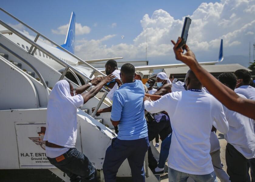 Haitianos deportados de Estados Unidos tratan de subir al mismo avión en el que viajaron su país de origen,