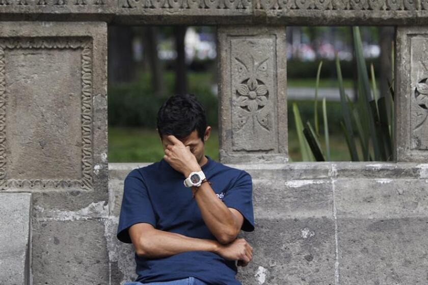 Un hombre reacciona a un dolor de cabeza en Ciudad de México (México). EFE/Archivo