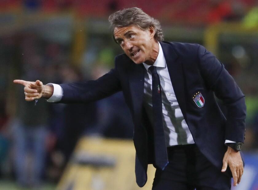 ARCHIVO - En esta foto del viernes 7 de septiembre de 2018, el técnico de Italia Roberto Mancini dando instrucciones durante el partido contra Polonia por la Liga de Naciones de la UEFA, en Bologna. (AP Foto/Antonio Calanni, archivo)