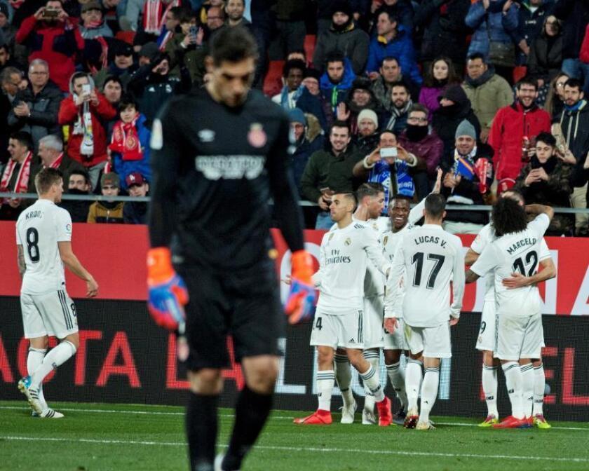 Los jugadores del Real Madrid celebran el primer gol del francés Karim Benzema, y primero del equipo ante el Girona, durante el partido de vuelta de los cuartos de final de la Copa del Rey que se disputa esta noche en el estadio Montilivi de Girona. EFE/Robin Townsend