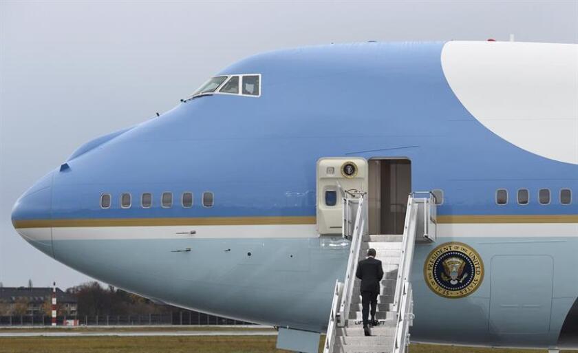 El presidente estadounidense, Barack Obama, sube al avión presidencial, el Air Force One. EFE/Archivo