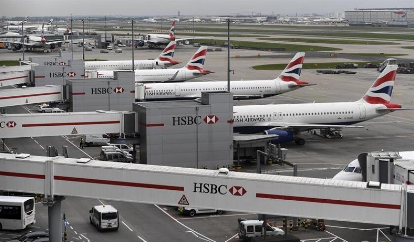 Varios aviones de la compañía británica British Airways permanecen estacionados en el aeropuerto de Heathrow, en Londres (Reino Unido). EFE/Archivo