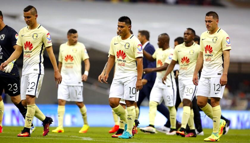Los jugadores del América, al final del duelo perdido (0-3) ante las Chivas, en el Estadio Azteca.