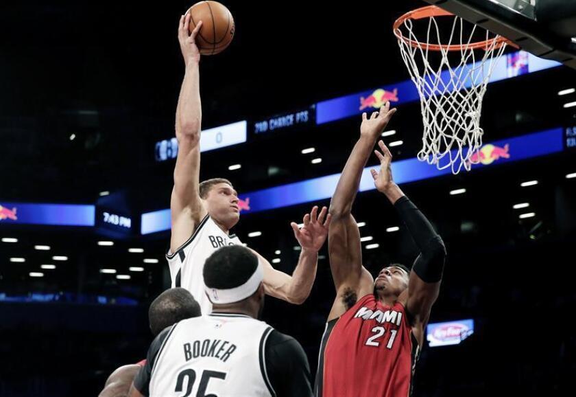 El jugador Brook López (i) de Brooklyn Nets en acción ante Hassan Whiteside (d) de Miami Heat hoy, miércoles 25 de enero de 2017, durante un partido entre Miami Heat y Brooklyn Nets de la NBA, que se disputa en el Barclays Center en Brooklyn, Nueva York (Estados Unidos). EFE