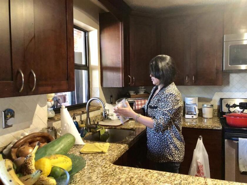 """Fotografía del 3 de enero de 2019, donde aparece """"Darling X"""", una licenciada en comercio venezolana que ahora trabaja como empleada doméstica interna en una casa, en Miami, Florida (EE.UU.). EFE"""
