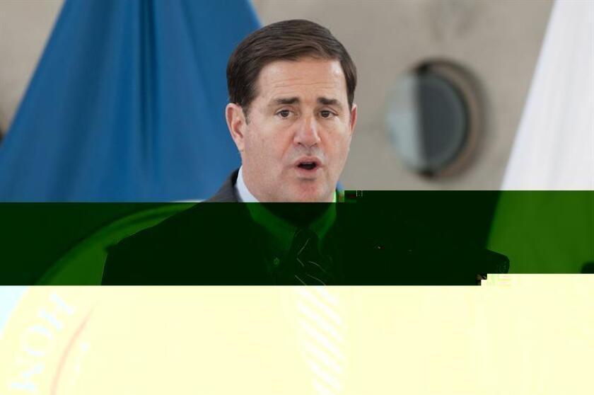 El gobernador de Arizona, Doug Ducey, habla a la prensa junto a Roberta Jacobson, embajadora de Estados Unidos en México (no aparece) después de que ambos funcionarios anunciaran la expansión de un programa piloto que permite llevar al mismo tiempo inspecciones comerciales con el fin de agilizar el cruce comercial a través de la garita del puerto de entrada de Nogales en Arizona. EFE