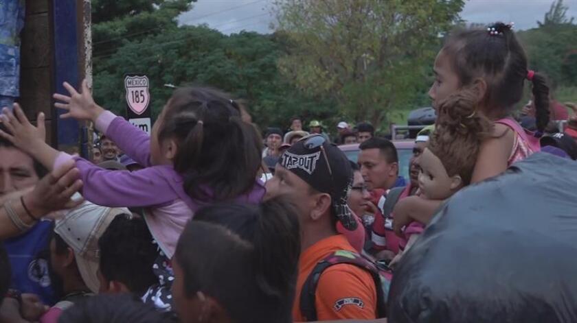 Fotograma de video de hoy, 28 de noviembre de 2018, en el que se observa a un grupo de migrantes de la caravana que llegó sureño estado mexicano de Oaxaca el 19 de octubre. MÁXIMA CALIDAD DISPONIBLE.
