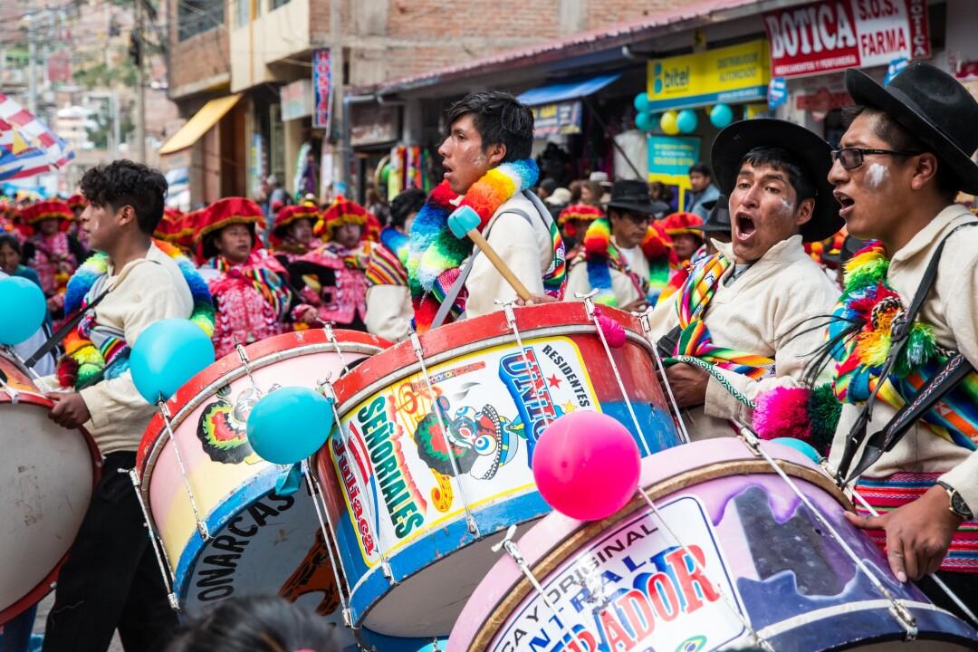Los bombos y las tarolas son pieza fundamental en cada comparsa pues marca el paso de sus danzantes.