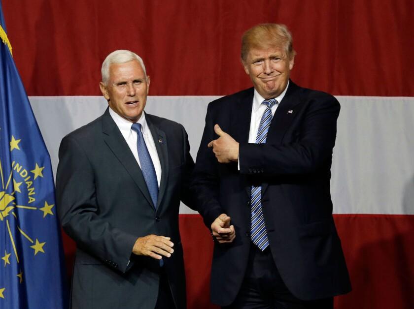 Mike Pence (i) con el presidente electo Donald Trump.