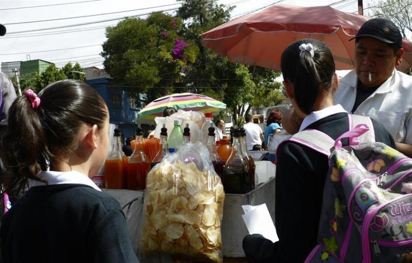 Detener y reducir el incremento del sobrepeso y la obesidad infantil en México es posible, sin embargo hacen falta políticas públicas integrales y efectivas para combatir esta problemática, dijeron hoy especialistas en esta capital. EFE/Archivo