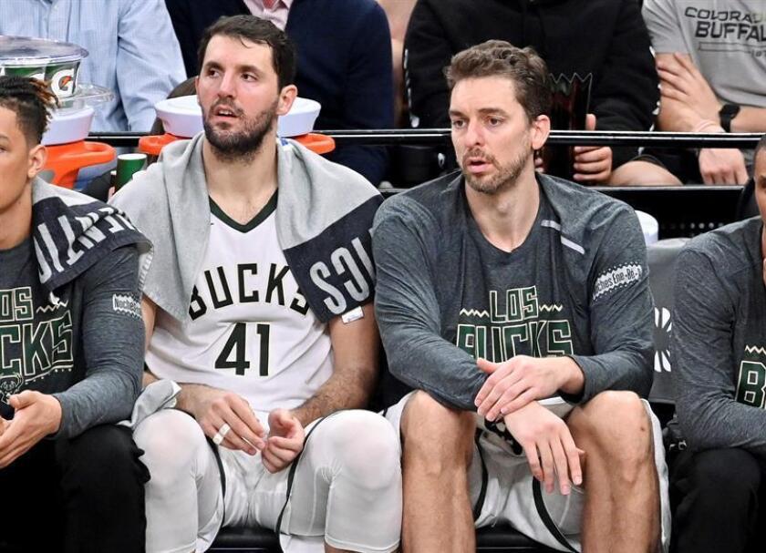 Pau Gasol (d) y Nikola Mirotic de Milwaukee Bucks observan el juego desde la banca este domingo, en un partido de la NBA, en San Antonio (EE.UU.). EFE