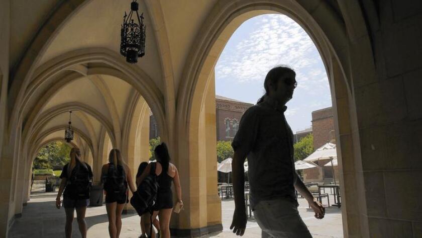 Estudiantes caminan hacia el Ackerman Hall, en UCLA. Los préstamos 'DREAM' de California, con un bajo interés, están designados para inmigrantes indocumentados que están inscritos en campus de la Universidad de California o de la Universidad Estatal de California (Brian van der Brug / Los Angeles Times).