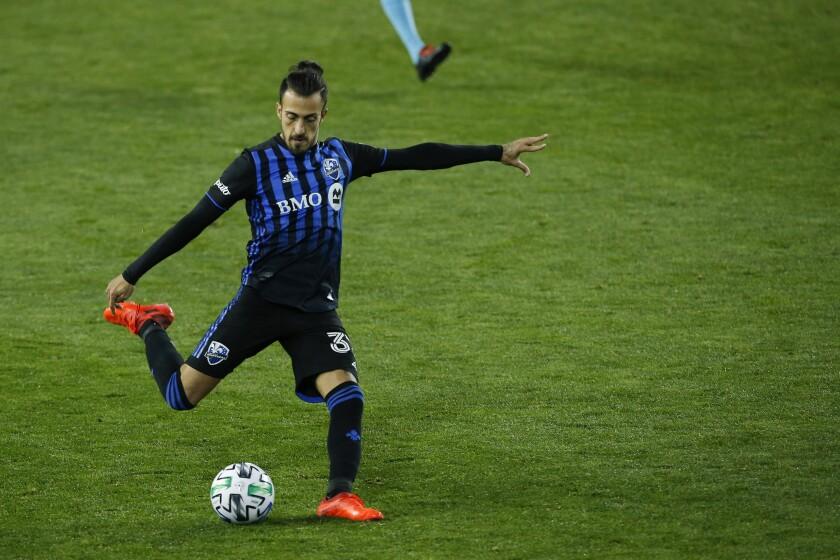 El argentino Maximiliano Urruti, del Impact de Montreal, controla el balón durante un partido de la MLS