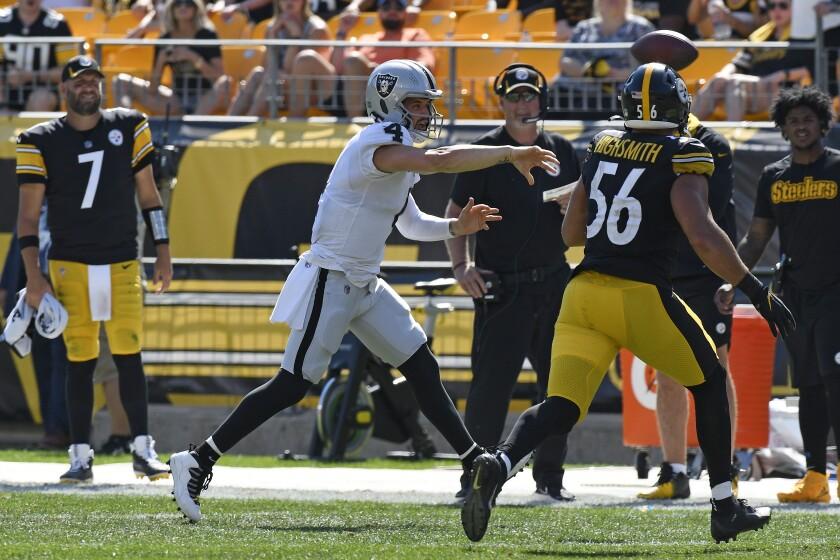 El quarterback de los Raiders de Las Vegas Derek Carr se quita la presión del linebacker de los Steelers de Pittsburgh en el encuentro del domingo 19 de septiembre del 2021. (AP Photo/Don Wright)