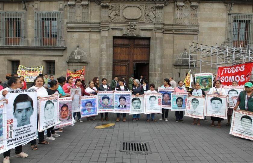 Familiares de los 43 estudiantes desaparecidos de Ayotzinapa frente al Palacio Nacional. EFE/Mario Guzmán/Archivo