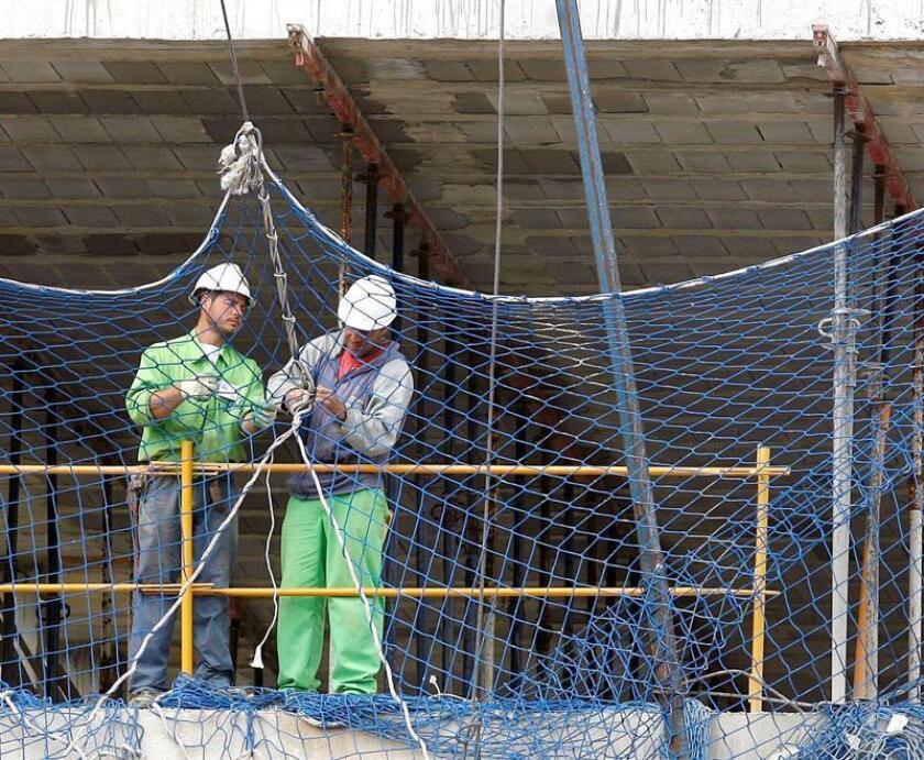En la imagen, varios trabajadores de la construcción. EFE/Archivo