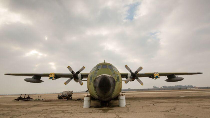 Un C-130 se oxida en la pista del aeropuerto municipal de Visalia. El servicio de aerolíneas comerciales se redujo a tres pequeños aeropuertos en el centro de California en los últimos cuatro años. El Aeropuerto Municipal de Visalia no opera desde 2016 (Tomás Ovalle / para The Times).