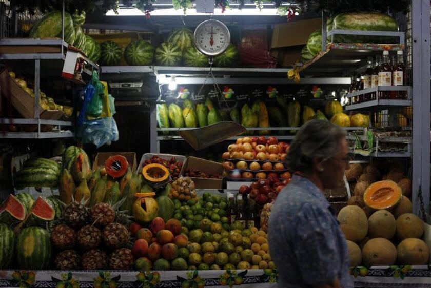 Aspecto de un mercado de alimentación en Quinta Crespo, Caracas. Venezuela, por su parte, sigue concentrando los malos augurios económicos de la región, con una contracción estimada para 2018 de hasta el 18 por ciento, según el FMI. EFE/Archivo