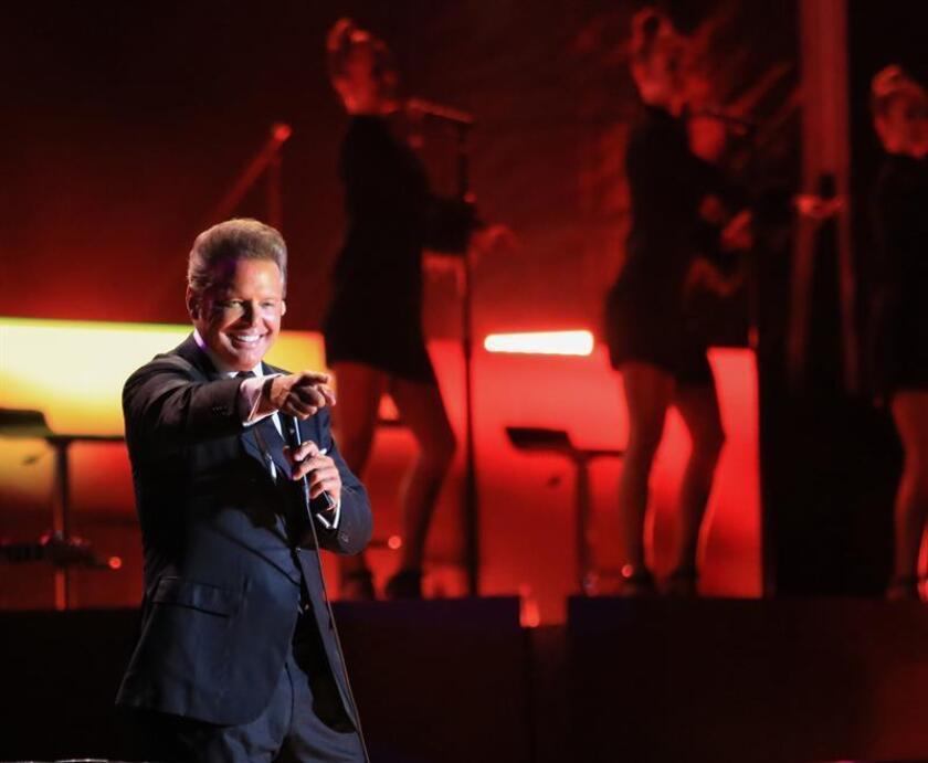 Fotografía del 26 de marzo de 2018, del cantante mexicano Luis Miguel durante un concierto en Acapulco (México). Luis Miguel se presentó este lunes en Acapulco luego de haber cancelado un concierto el sábado en la noche alegando problemas de sonido. EFE