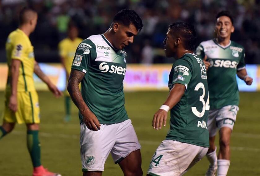 El delantero colombiano Jefferson Duque (i) prometió compromiso con el Morelia del fútbol mexicano, equipo que lo presentó hoy como su nueva figura para lo que queda del torneo Clausura 2018. EFE/Archivo