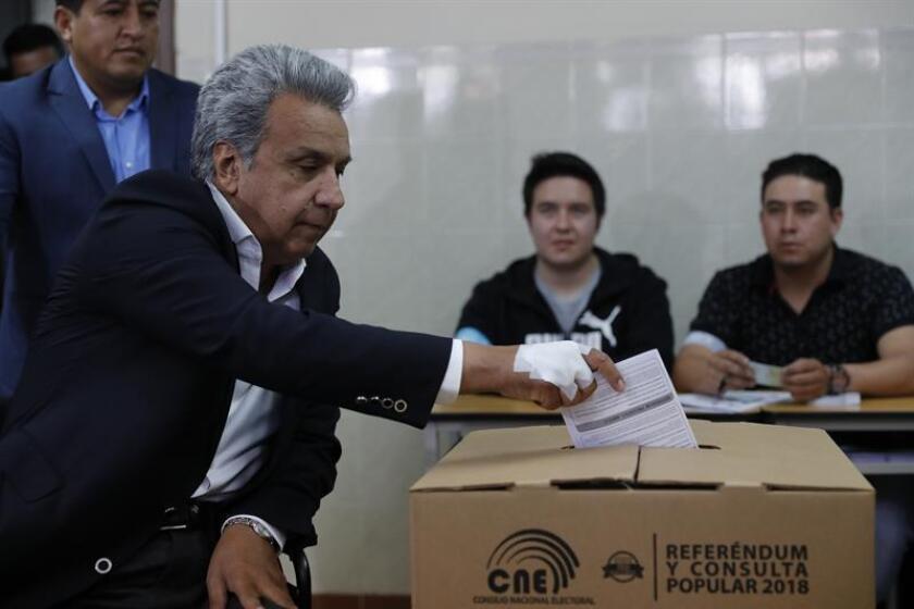El presidente ecuatoriano Lenin Moreno muestra su voto en la consulta popular hoy, domingo 4 de febrero de 2018, en Quito (Ecuador). EFE