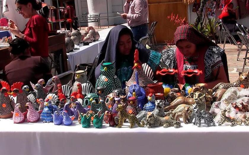 Fotograma extraído de un vídeo hoy, viernes 2 de febrero de 2018, que muestra a mujeres exhibiendo artesanías para su venta en la plaza principal en San Cristóbal de las Casas, Chiapas (México). EFE