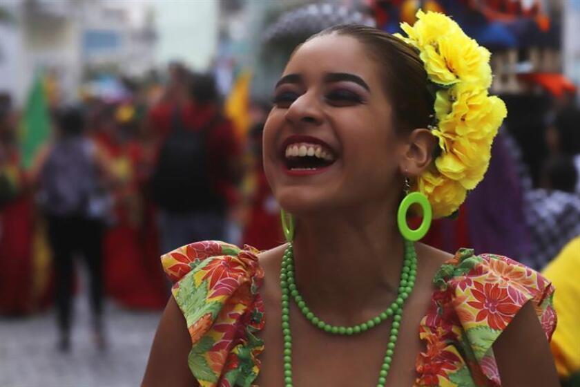 Una joven desfila durante la inauguración de las Fiestas de la Calle San Sebastián, las más grandes de la isla. EFE/Archivo