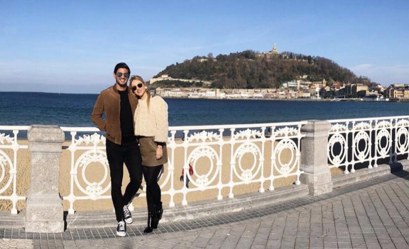 Carlos Vela y su pareja, en San Sebastián, España.