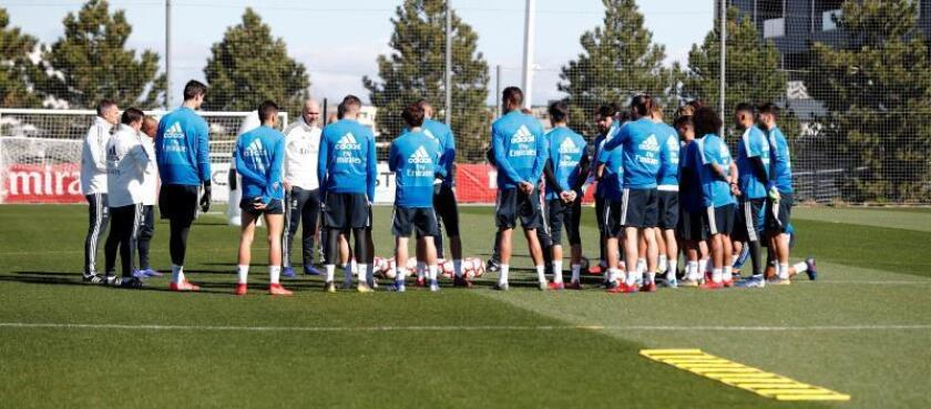 Fotografía facilitada por el Real Madrid del técnico francés Zinedine Zidane, quien dirigió este miércoles, a puerta cerrada en la ciudad deportiva de Valdebebas, su primer entrenamiento con el club blanco tras su regreso. EFE/Real Madrid
