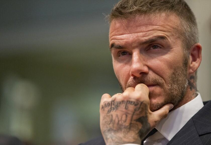 David Beckham escucha durante una audiencia pública sobre su propuesta para un estadio de la Major League Soccer y un desarrollo comercial, en el ayuntamiento de Miami.