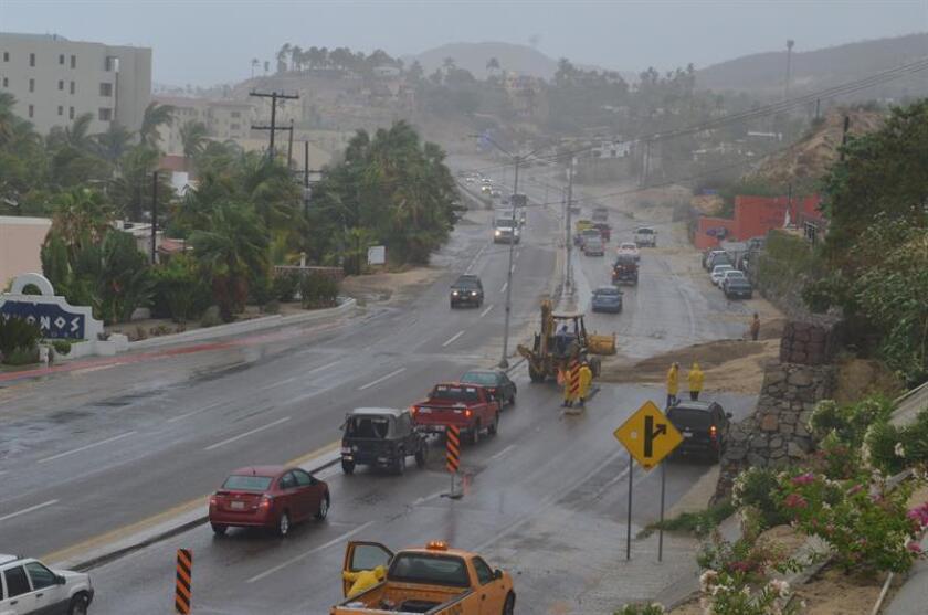 Vista general de un deslizamiento de tierra que bloquea el paso San José del Cabo- Cabo San Lucas propiciado por las lluvias persistentes que se dejan sentir hoy, jueves 14 de junio de 2018, en el estado de Baja California Sur (México). EFE