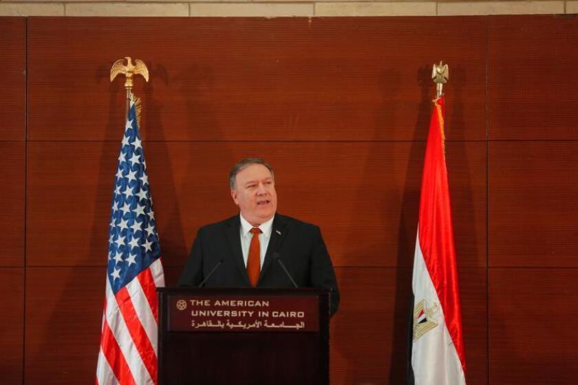 El Secretario de Estado estadounidense, Mike Pompeo, ofrece una rueda de prensa tras su encuentro con el ministro egipcio de Exteriores, Sameh Shoukry (no aparece en la fotografía), en El Cairo (Egipto). EFE