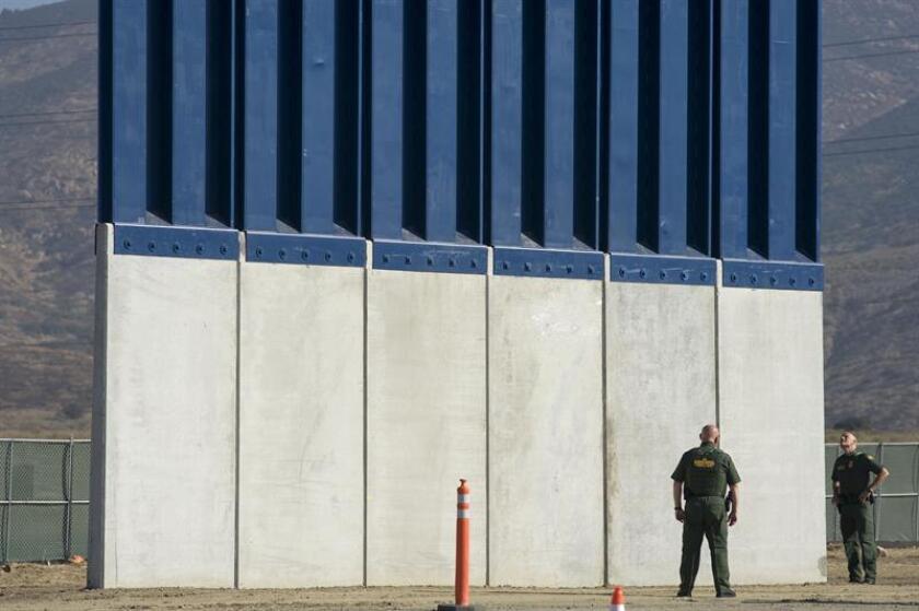 """El presidente, Donald Trump, afirmó hoy que quiere construir """"un muro real"""", no """"un muro pequeño"""" en la frontera con México, y reiteró su acusación de que los demócratas no quieren resolver la situación migratoria de los jóvenes indocumentados conocidos como """"soñadores"""". EFE/Archivo"""