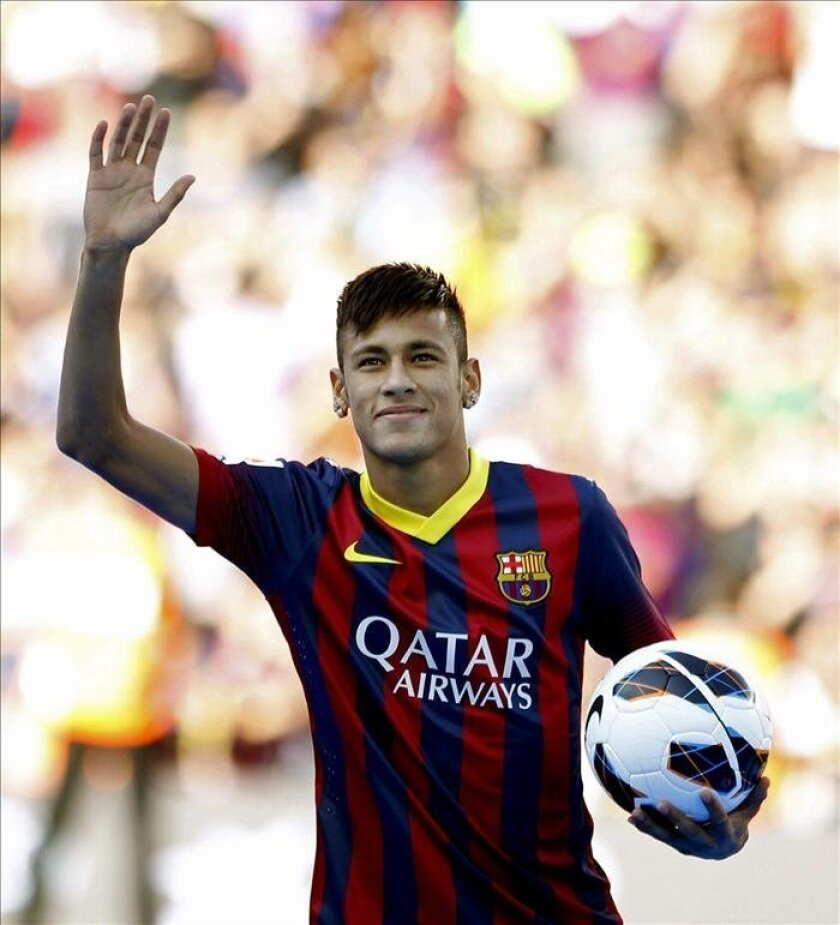 El jugador brasileño del FC Barcelona, Neymar da Silva durante su presentación hoy en el Camp Nou de Barcelona. EFE
