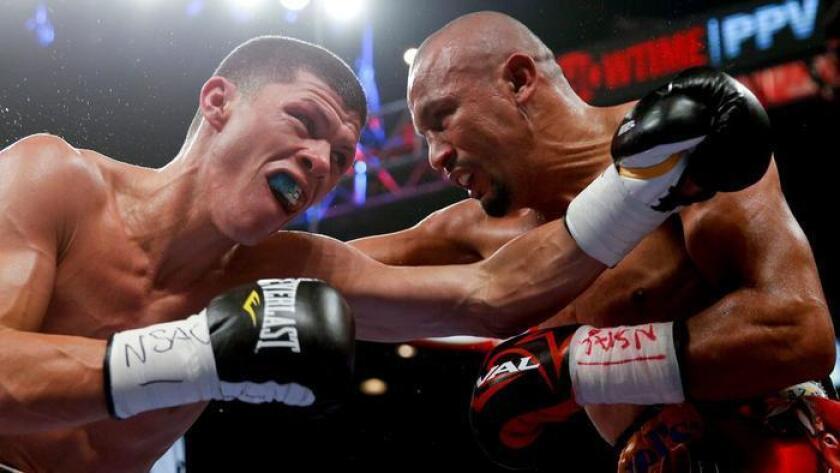 Román Martínez (i), y Orlando Salido intercambian golpes el 12 de septiembre de 2015. Steve Marcus / Associated Press