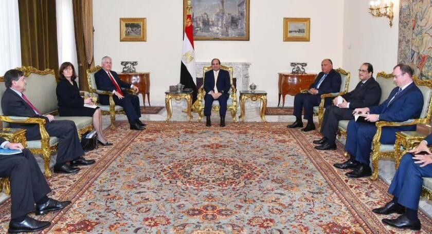 El presidente egipcio, Abdelfatah al Sisi (c), recibe al secretario de Estado de los Estados Unidos, Rex Tillerson (c-izda), en presencia del ministro de Exteriores egipcio, Sameh Shukri, (c-dcha), en El Cairo, Egipto, hoy, 12 de febrero de 2018. EFE