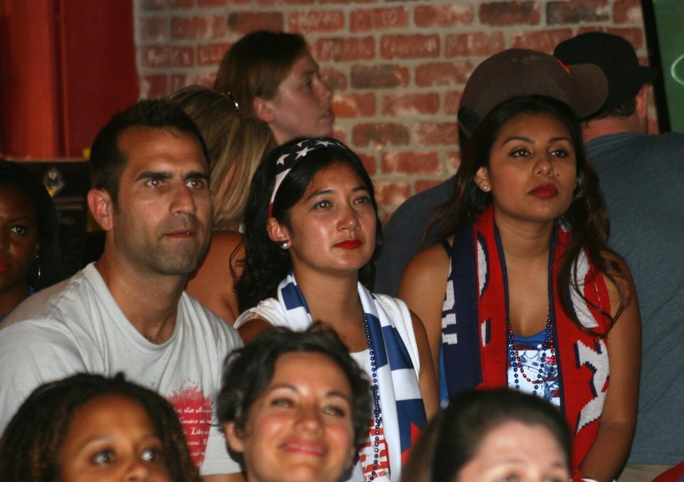 Los American Outlaws festejan la victoria de Estados Unidos en Los Ángeles: