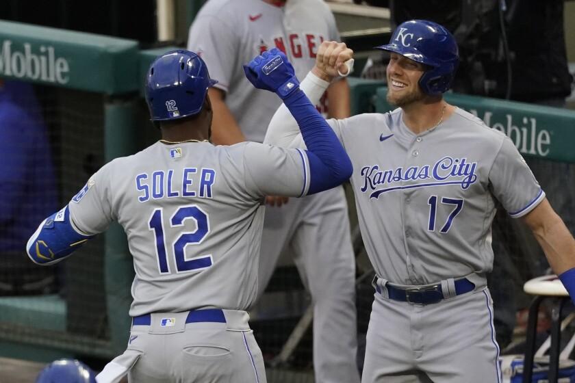 Jorge Soler (12), de los Reales de Kansas City, celebra con Hunter Dozier (17) tras sacudir un jonrón en el segundo inning del juego de la MLB que enfrentó a su equipo con los Angelinos de Los Ángeles, el 7 de junio de 2021, en Anaheim, California. (AP Foto/Ashley Landis)