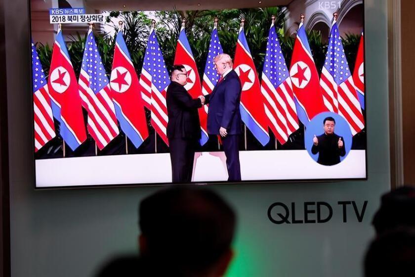 Ciudadanos surcoreanos observan en directo la transmisión de la cumbre en Singapur entre el líder norcoreano, Kim Jong-un, y el presidente estadounidense, Donald J. Trump. EFE/Archivo