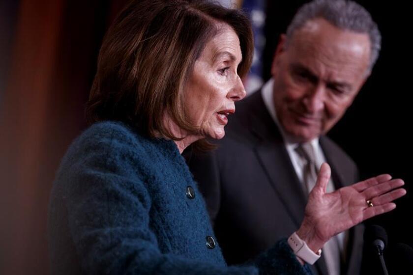 La líder de la minoría demócrata en la Cámara de Representantes, Nancy Pelosi (i), y el líder de la minoría del Senado, Chuck Schumer (d), ofrecen una rueda de prensa conjunta tras la aprobación de una ley presupuestaria de 1.3 billones de dólares, en el Capitolio de Washington DC (Estados Unidos) hoy, 22 de marzo de 2018. EFE