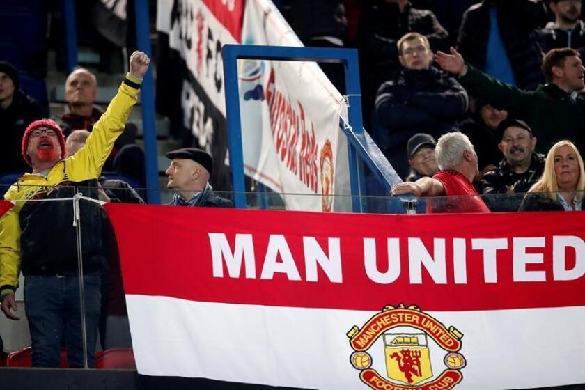 Aficionados de Manchester United animan en un partido de la Liga de Campeones. EFE/*Archivo