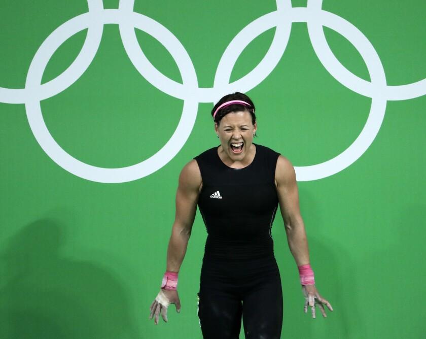 La uruguaya Sofía Rito grita antes de intentar un levantamiento en la competencia de halterofilia de los Juegos Olímpicos el domingo, en Río de Janeiro.