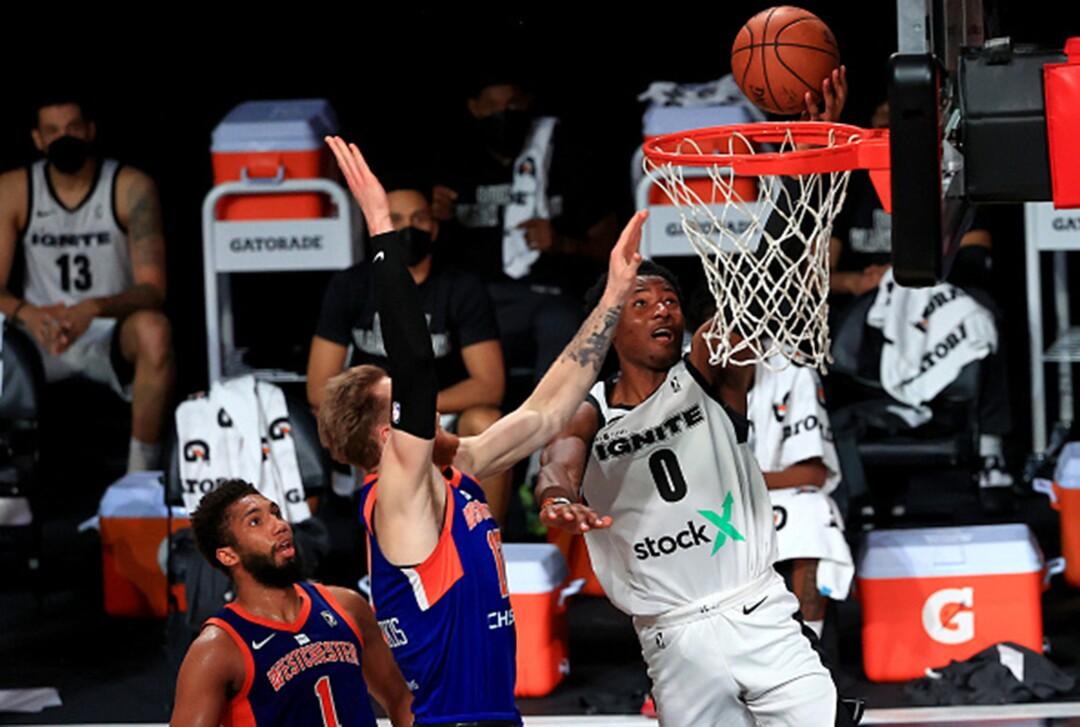 L'attaquant d'Ignite Jonathan Kuminga s'élève pour un dunk contre les Westchester Knicks lors d'un match la saison dernière.