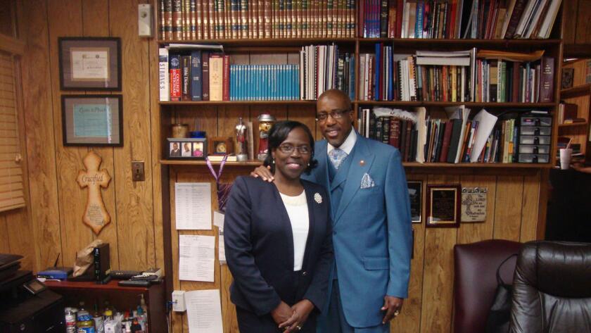 El Rev. Max A. Miller Jr. y su esposa, Rhonda Miller, de la Iglesia Bautista Mount Hebron Missionary, en Houston.
